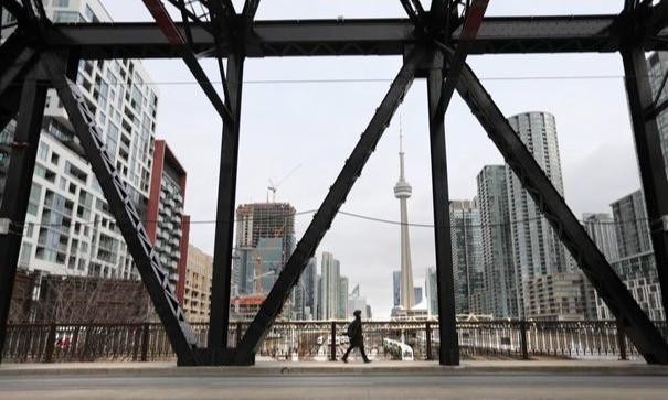 Un peatón cruza el puente de Bathurst Street recientemente reabierto en Toronto el 20 de enero.