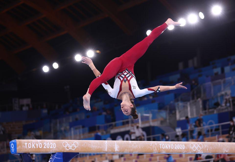 Pauline Schaefer, de Alemania, en acción en la barra de equilibrio en la competencia de Gimnasia de los Juegos Olímpicos de Tokio 2020.