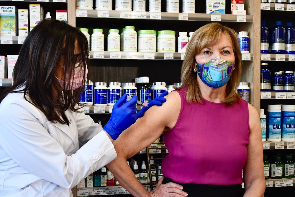 La ministra de salud de Ontario recibe la primera dosis de la vacuna de AstraZeneca.