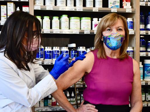 La ministra de salud de Ontario recibe la primera dosis de la vacuna de AstraZeneca