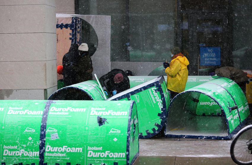 """activistas enfrentó fuertes nevadas para armar """"cúpulas de espuma"""" afuera del edificio de condominios del alcalde John Tory el domingo."""