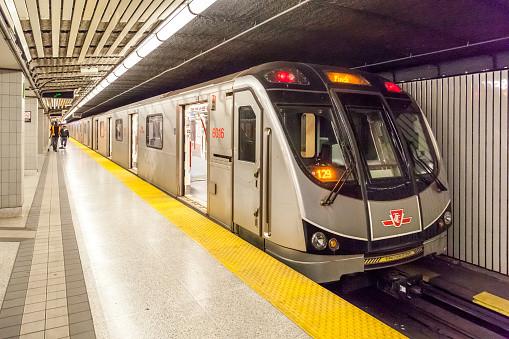 Metro TTC en la estación Finch. TTC operado por la Comisión de Tránsito de Toronto.