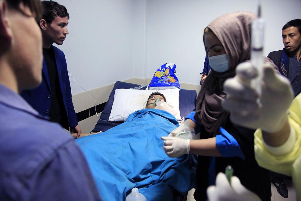 Un afgano recibe tratamiento en un hospital después de un ataque suicida en Kabul, Afganistán, el sábado 24