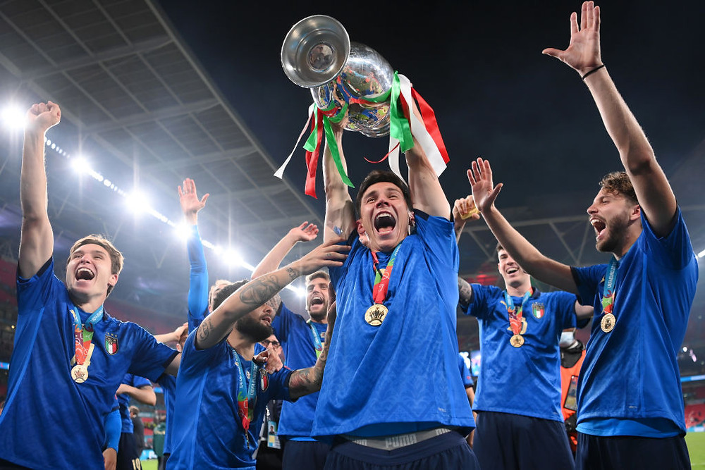 Matteo Pessina de Italia levanta el Trofeo Henri Delaunay luego de la victoria de su equipo en la final del Campeonato de la UEFA Euro 2020 entre Italia e Inglaterra en el estadio de Wembley el 11 de julio de 2021 en Londres, Inglaterra.