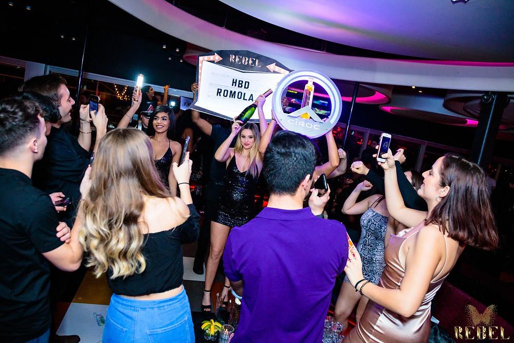 Los asistentes al club se reúnen para un evento en REBEL Nightclub en Toronto.