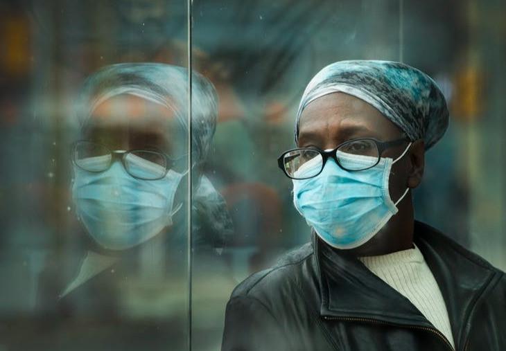 Una mujer espera un tranvía en Toronto el 16 de abril de 2020. Muchos miembros de la comunidad negra que trabajan en trabajos esenciales no pueden darse el lujo de quedarse en casa durante la pandemia.
