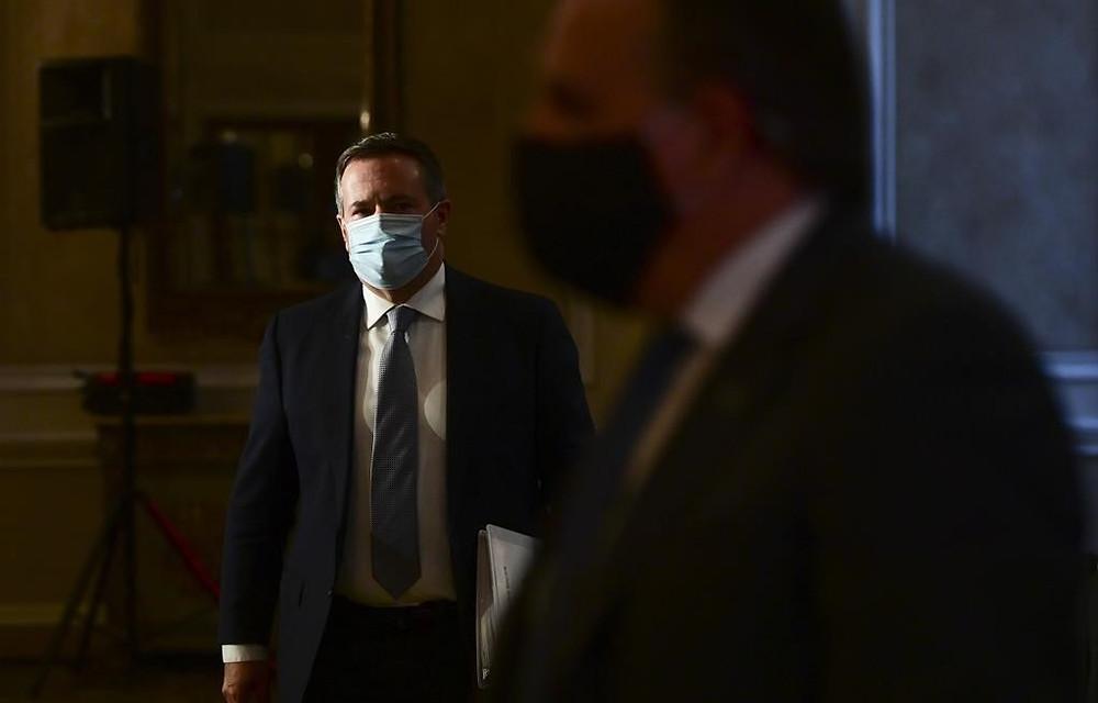 El premier de Alberta, Jason Kenney, y el premier de Quebec, Francois Legault, salen de una conferencia de prensa en Ottawa el viernes 18 de septiembre de 2020.
