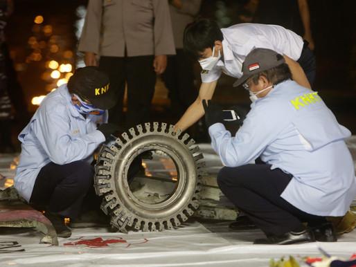 Buzos indonesios encuentran restos de aviones