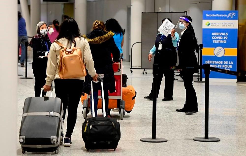Los viajeros, que no se vieron afectados por las nuevas reglas de cuarentena, llegan a la Terminal 3 del aeropuerto Pearson en Toronto la madrugada del lunes 22 de febrero de 2021.