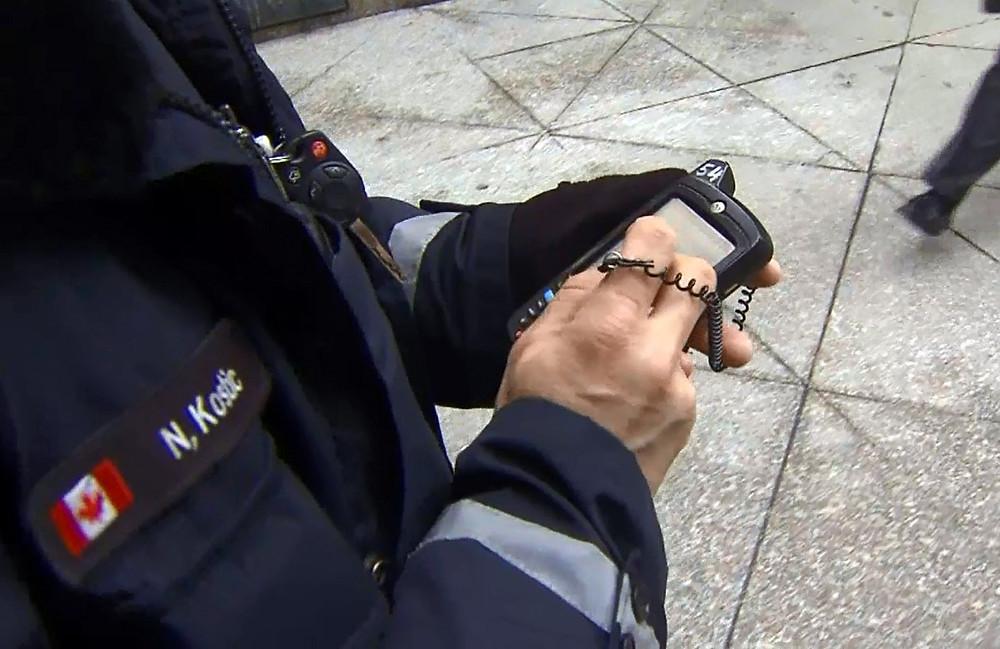 Un oficial asigna una multa en Toronto en una foto de archivo sin fecha.