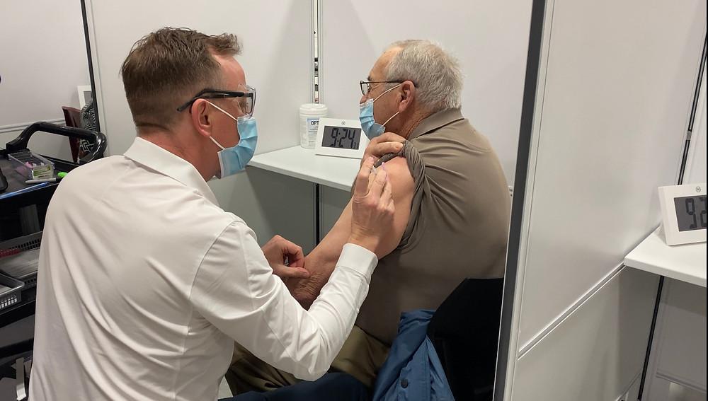 Dos clínicas de vacunación masiva más y opciones de transporte para los pacientes llegan a Toronto.