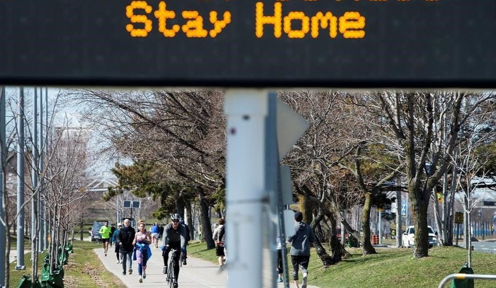 La gente hace ejercicio al aire libre en el sendero de la orilla del lago a lo largo del lago Ontario en Toronto el 2 de abril de 2020.