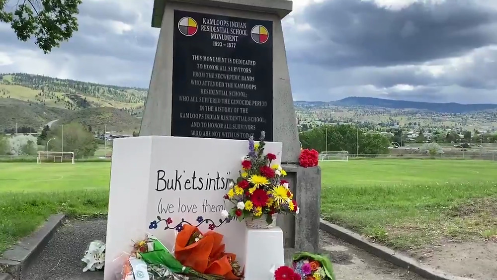 Monumento en el sitio de la antigua escuela residencial indígena de Kamloops el 28 de mayo de 2021, después del descubrimiento de los restos de 215 niños enterrados allí.