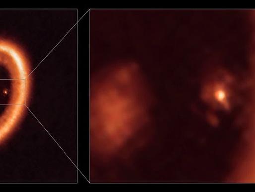 Región de formación lunar es vista alrededor de un planeta en otro sistema solar