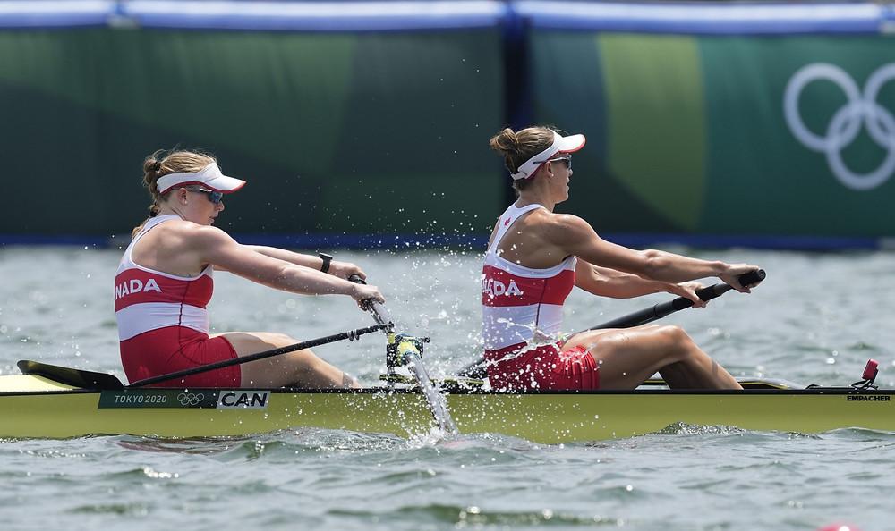 Caileigh Filmer y Hillary Janssens de Canadá compiten en la semifinal de remo femenino en los Juegos Olímpicos de Verano de 2020, el miércoles 28 de julio de 2021, en Tokio, Japón.