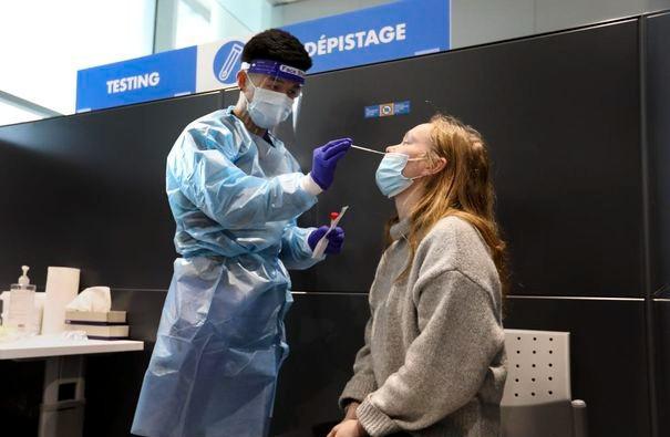 Una regla que requiere que los viajeros internacionales que aterrizan en el aeropuerto más grande de Ontario se sometan a una prueba de COVID-19 entró en vigencia hoy en medio de una creciente preocupación por la escasez de vacunas y la importación de variantes contagiosas de COVID-19 al país. Aquí, Jennifer Eriksson viene de Suecia.
