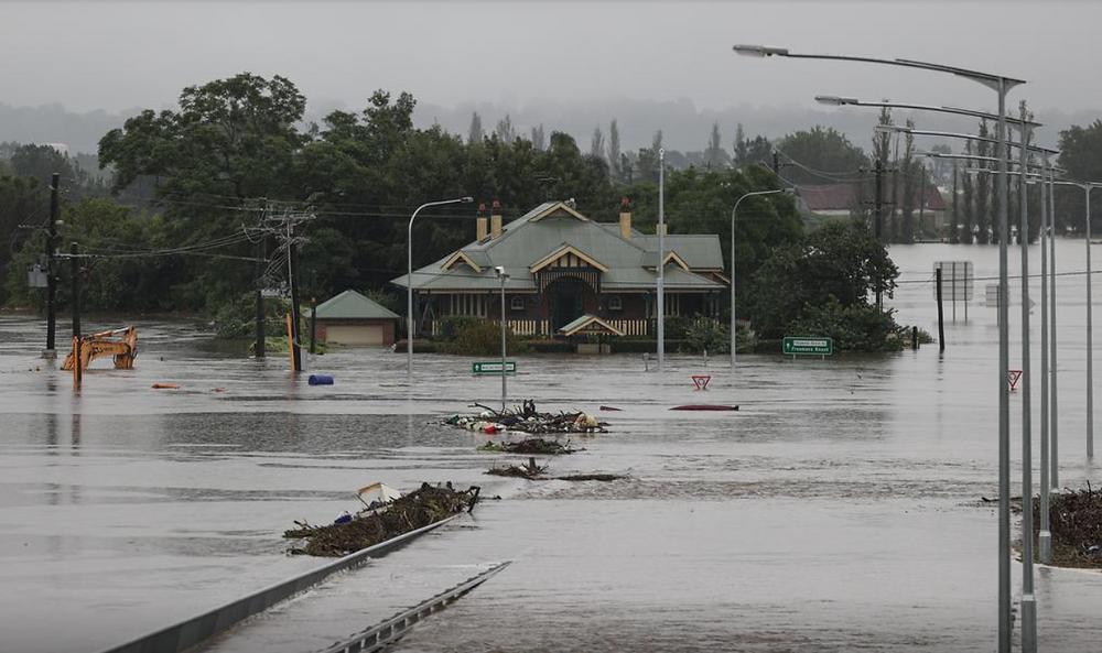 Una estructura sumergida es visible en las aguas de la inundación en el suburbio de Windsor, mientras el estado de New South Wales experimenta inundaciones generalizadas y clima severo en Sydney, Australia, el 22 de marzo de 2021.