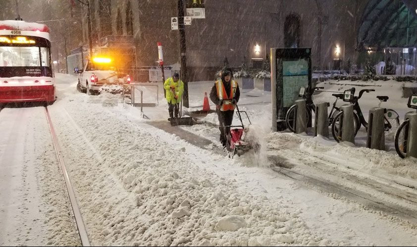 Operarios limpiando las aceras de nieve en Toronto el 29 de enero de 2019.