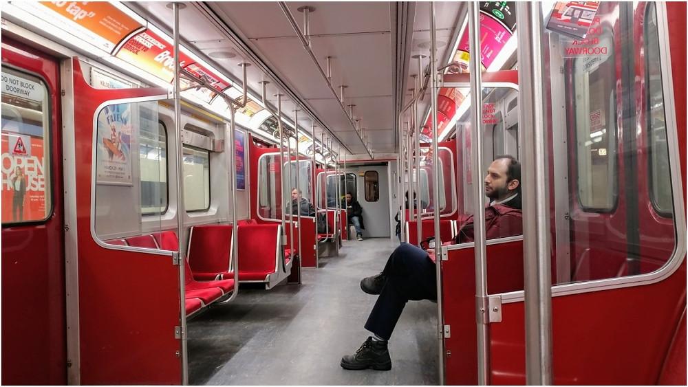 Un viajero muestra un tren TTC casi vacío durante la hora pico el viernes por la mañana.