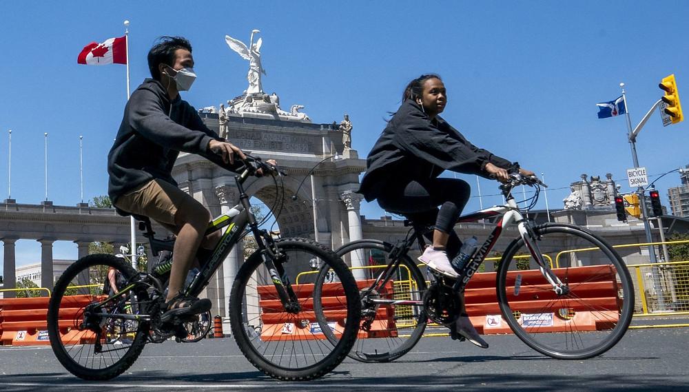 ciclistas aprovechan el cierre de ActiveTO de Lakeshore Blvd. en Toronto