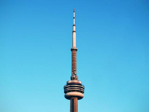 La CN Tower le da la bienvenida a los visitantes por primera vez en meses