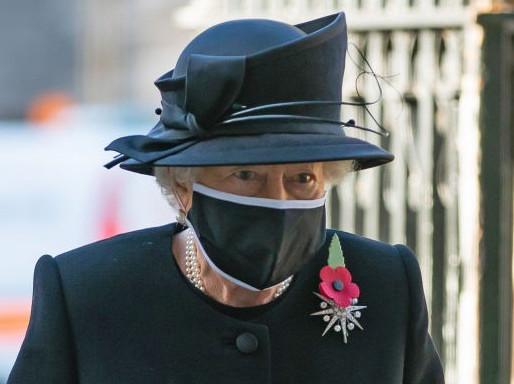 La reina Isabel II y su esposo reciben la vacuna