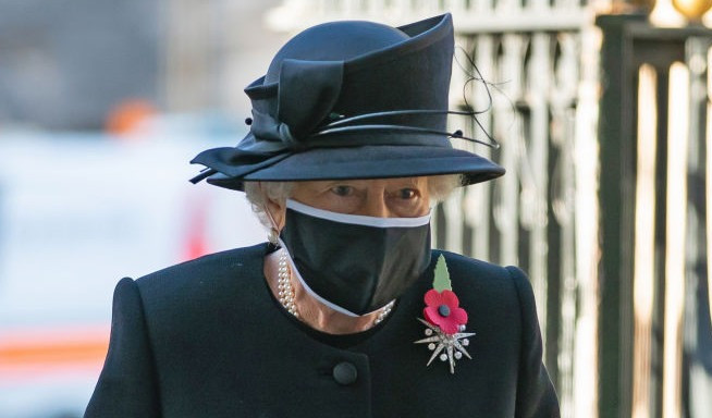 La reina Isabel II llega para una ceremonia en la Abadía de Westminster para conmemorar el centenario del entierro del Guerrero Desconocido el 4 de noviembre de 2020.