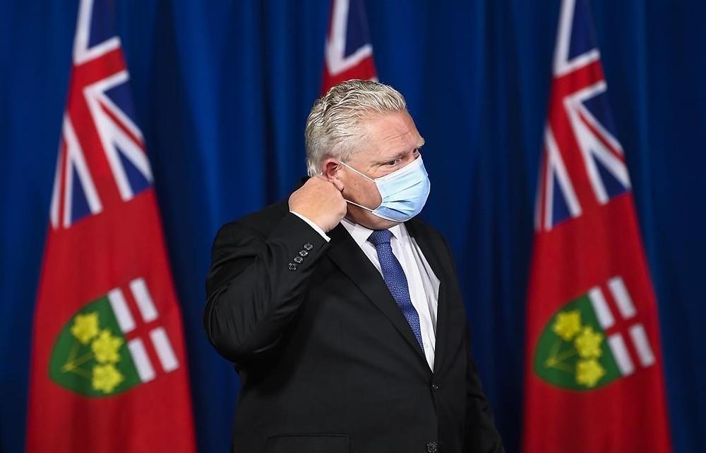El premier de Ontario, Doug Ford, llega para una conferencia de prensa durante la pandemia de COVID-19 en Toronto, el viernes 20 de noviembre de 2020.