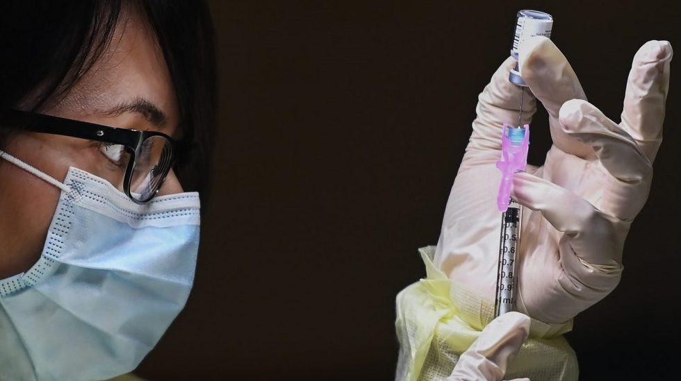 Francesca Paceri, una farmacéutica técnica registrada, llena cuidadosamente la vacuna de ARNm COVID-19 de Pfizer-BioNTech en una clínica de vacunas durante la pandemia de COVID-19 en Toronto el 15 de diciembre de 2020.