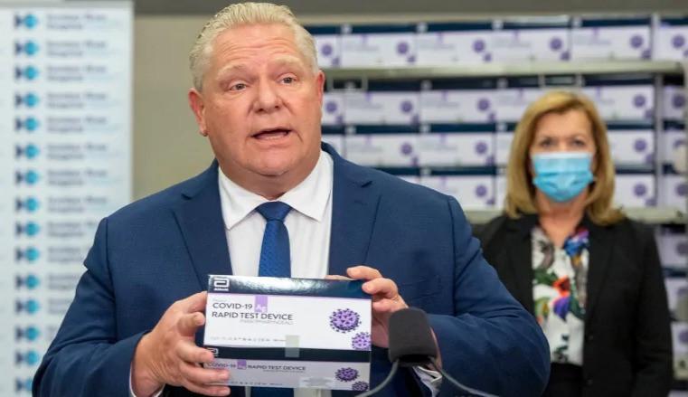 El priemier de Ontario, Doug Ford, sostiene un dispositivo de prueba rápida COVID-19 en el Hospital Humber River en Toronto en noviembre.