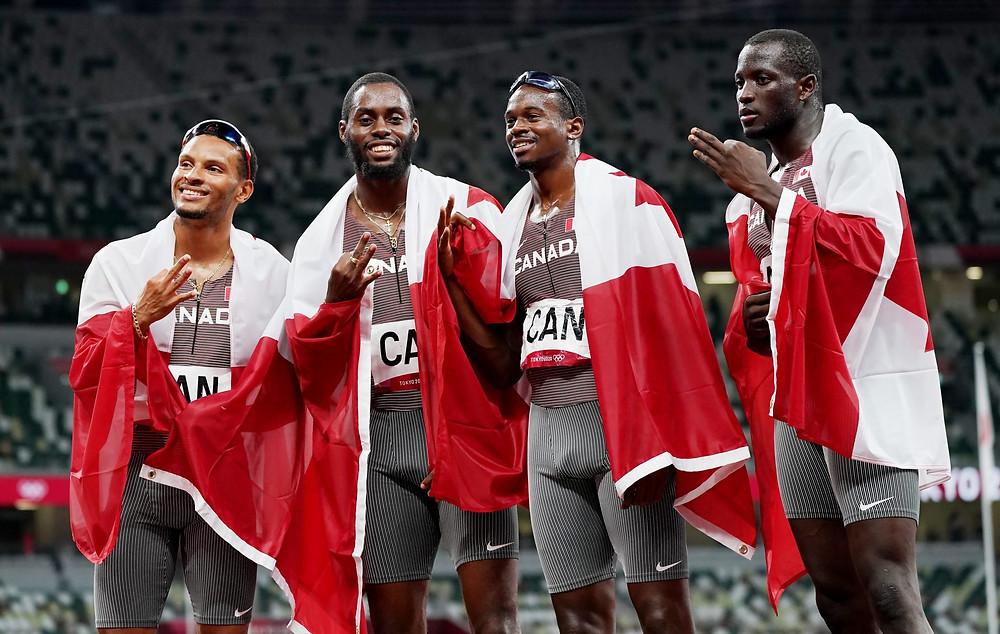 Los canadienses Andre De Grasse, Brendon Rodney, Aaron Brown y Jerome Blake celebran después de ganar la medalla de bronce en los 4 x 100 m masculinos durante los Juegos Olímpicos de verano de Tokio en Tokio, Japón, el viernes 6 de agosto de 2021.