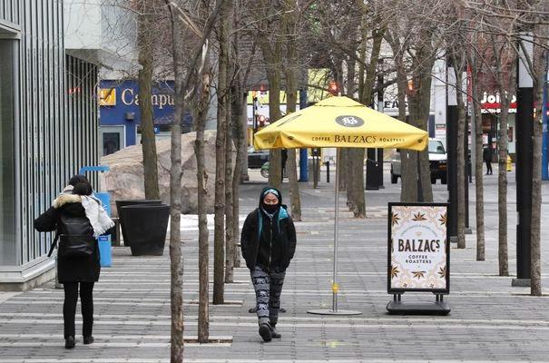 Es una escena tranquila a lo largo de Gould Street mirando hacia Yonge en el corazón de la Universidad de Ryerson.
