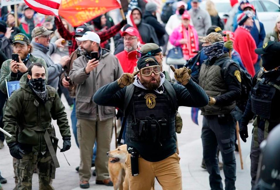 Los partidarios de Trump se reúnen frente al Capitolio, el miércoles 6 de enero de 2021 en Washington. Mientras el Congreso se prepara para afirmar la victoria del presidente electo Joe Biden, miles de personas se han reunido para mostrar su apoyo al presidente Donald Trump y sus acusaciones de fraude electoral.
