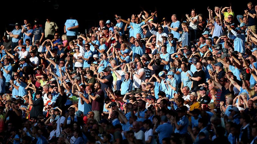 Si el Manchester City continúa en su camino para ganar la Premier League, sus fanáticos podrían verlos levantar el título en el Etihad, ya que el primer ministro describió su hoja de ruta para aliviar las restricciones de bloqueo del coronavirus.