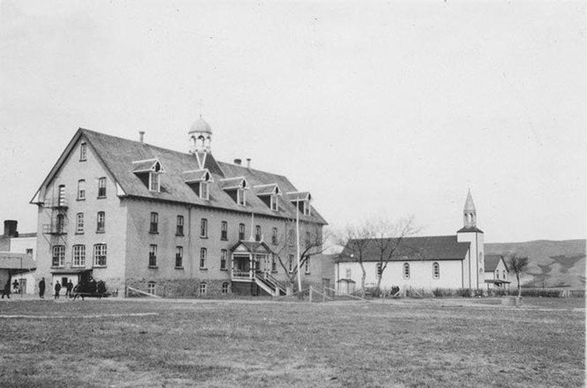 Una fotografía de 1956 que muestra la iglesia parroquial junto a la escuela residencial en Marieval, Sask.