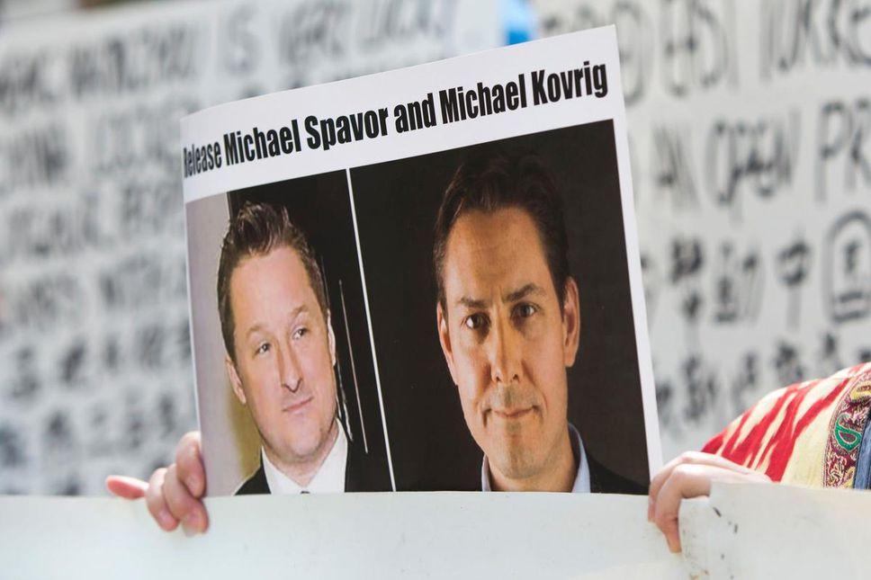 Un manifestante sostiene una foto de los canadienses detenidos Michael Spavor, izquierda, y Michael Kovrig fuera de una comparecencia ante el tribunal de la directora financiera de Huawei, Meng Wanzhou, en la Corte Suprema de British Columbia en Vancouver en el 2019.