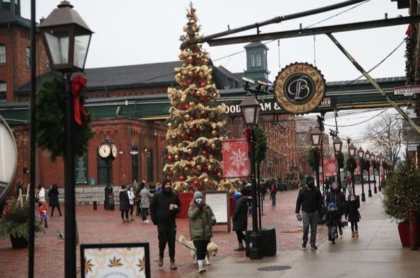 El árbol de Navidad brilla en el Distillery District de Toronto el domingo. Ontario entrará en un bloqueo en toda la provincia en la víspera de Navidad, ya que el domingo se informaron más de 2,300 nuevos casos de COVID-19 en Ontario.