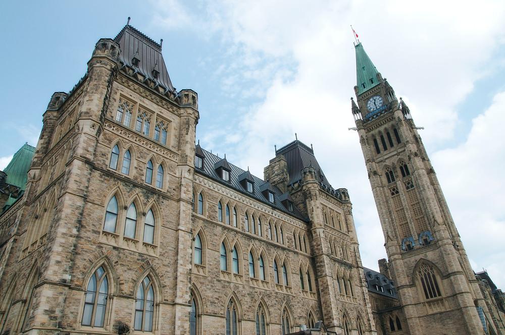 No habrá elecciones aún; ya que el gobierno de la minoría liberal sobrevivió a la tercera votación de confianza presupuestaria.