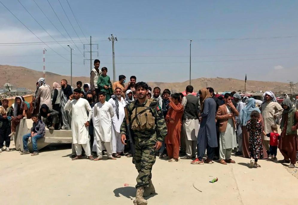 Cientos de personas se reúnen frente al aeropuerto internacional en Kabul, Afganistán, el martes 17 de agosto de 2021.