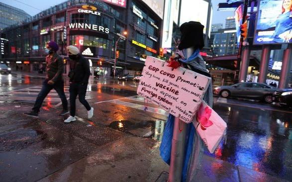 Los compradores caminan por la plaza Yonge-Dundas en Nochebuena. Ontario enfrenta restricciones más estrictas para frenar la propagación de la pandemia del COVID-19 en Toronto.