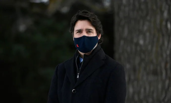 El primer ministro Justin Trudeau escucha durante una conferencia de prensa en Ottawa, el viernes 11 de diciembre de 2020.