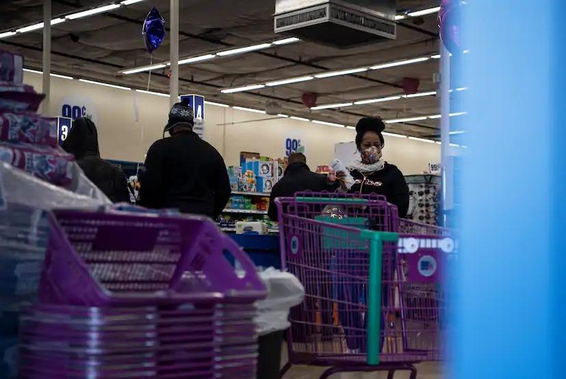 Por temor a otro apagón, los residentes se abastecen de artículos esenciales el jueves en la tienda 99 Cents Only en Houston después de que una tormenta invernal azotara Texas. Muchos residentes han estado sin luz ni agua durante cuatro días.
