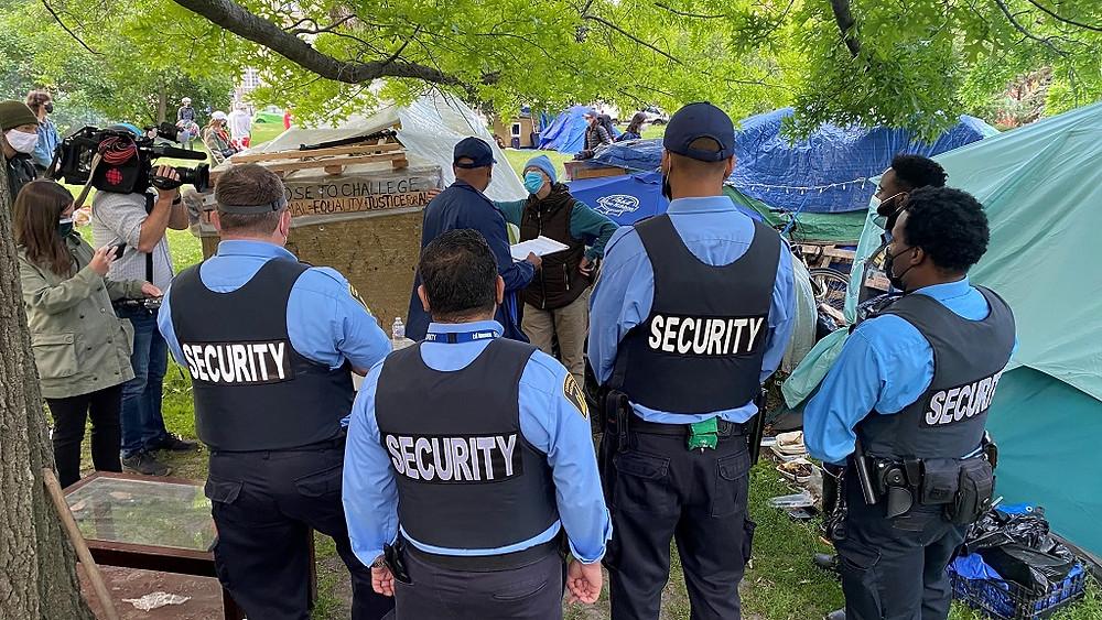 Equipos de seguridad rodean el área en la que se desmanteló el campamento de personas sin hogar en Trinity Bellwoods Park, el 22 de Junio del 2021.