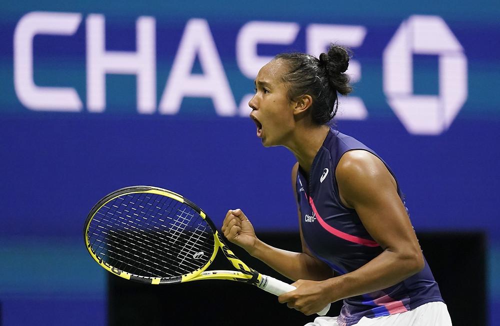 Leylah Fernández, de Canadá, reacciona luego de anotar un punto ante Aryna Sabalenka, de Bielorrusia, durante las semifinales del campeonato de tenis del US Open, el jueves 9 de septiembre de 2021, en Nueva York.