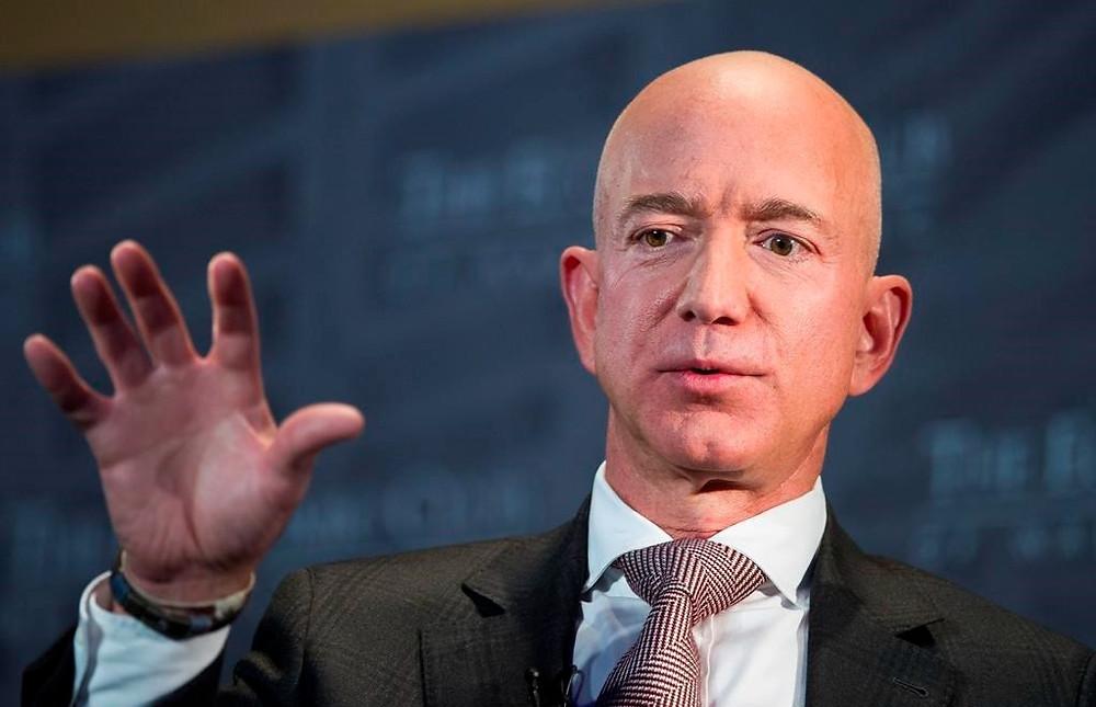 En esta foto de archivo del 13 de septiembre de 2018, Jeff Bezos, fundador y director ejecutivo de Amazon, habla en la Celebración Milestone de The Economic Club of Washington en Washington.