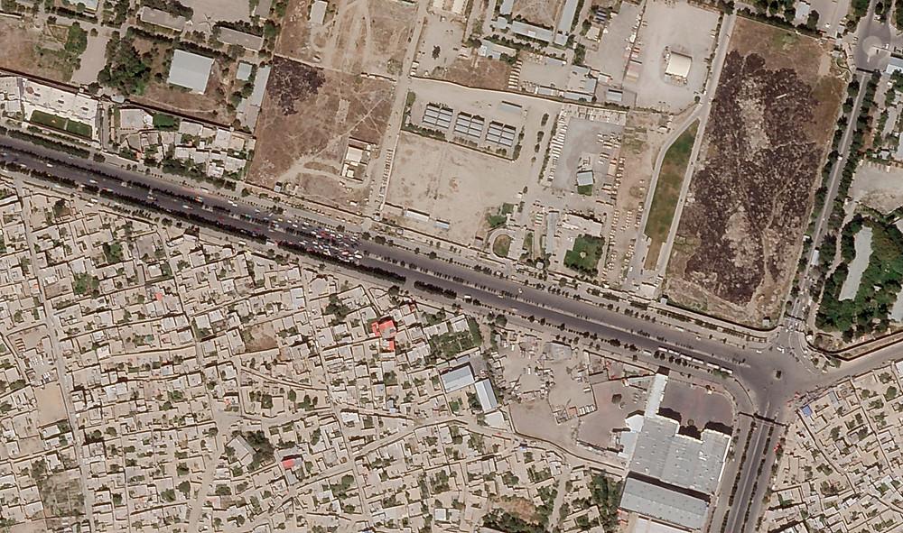 En esta foto satelital tomada por Planet Labs Inc., se ve un puesto de control talibán bloqueando el acceso al sur del aeropuerto internacional de Kabul el sábado 28 de agosto de 2021.