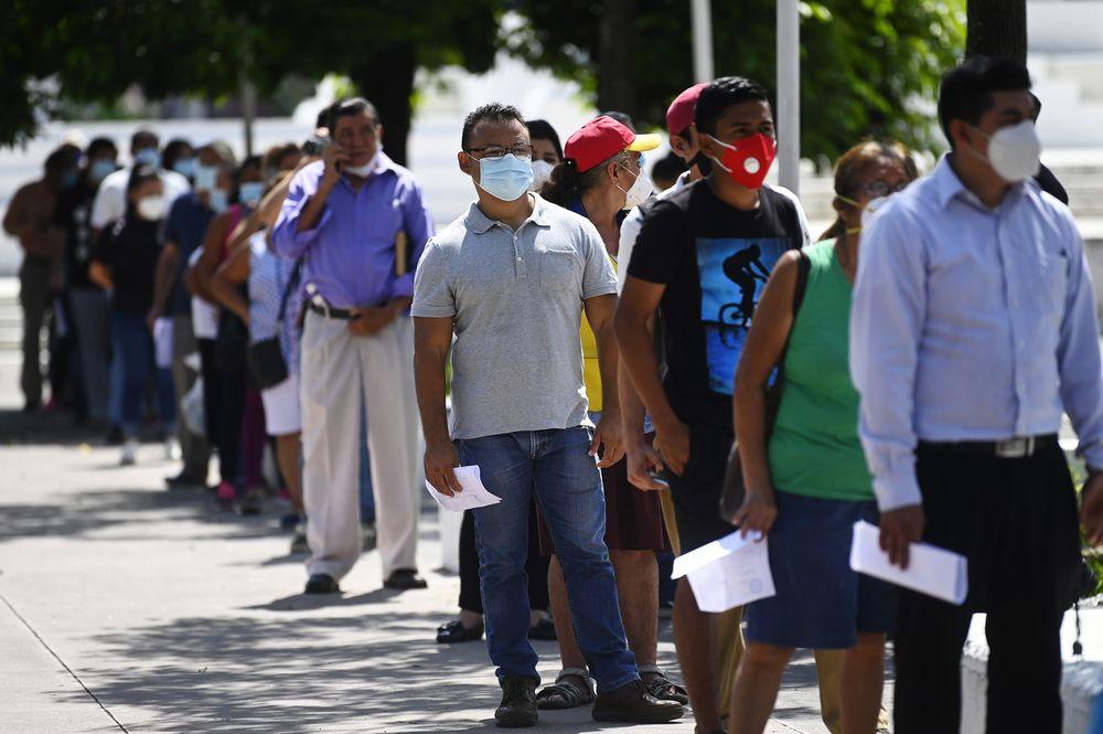 Personas hacen cola para obtener una prueba de COVID-19 gratuita en San Salvado.