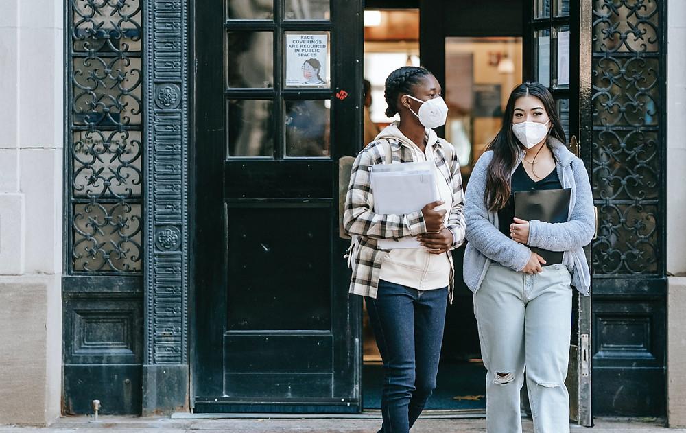 Las escuelas de Canadá atraen a menos estudiantes internacionales debido a las reglas de viaje de la pandemia.