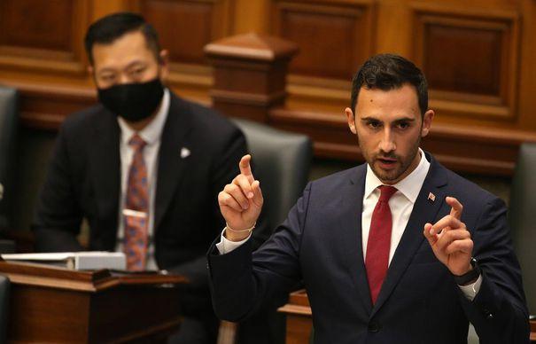 El ministro de Educación, Stephen Lecce, responde preguntas en la Legislatura de Ontario el 14 de septiembre de 2020.