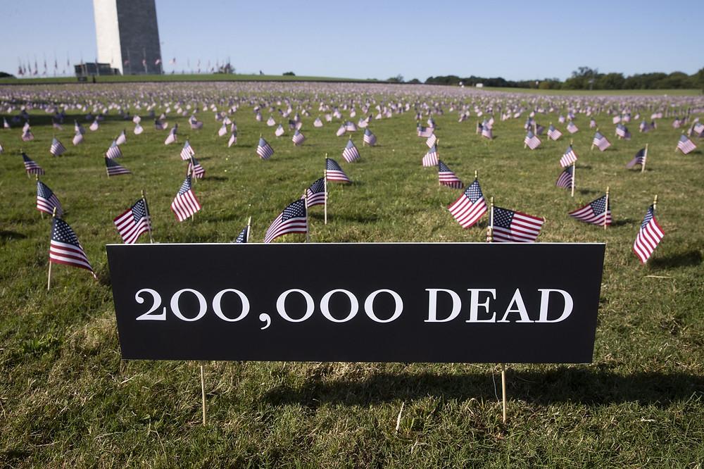 El 'Proyecto Conmemorativo COVID' instaló 20,000 banderas cerca del Monumento a Washington para conmemorar a las doscientas mil personas en los Estados Unidos que han muerto con COVID-19.